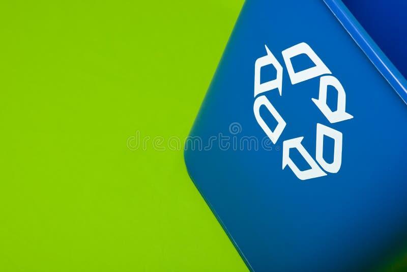 Het blauw kringloop kan op een groene achtergrond royalty-vrije stock foto's