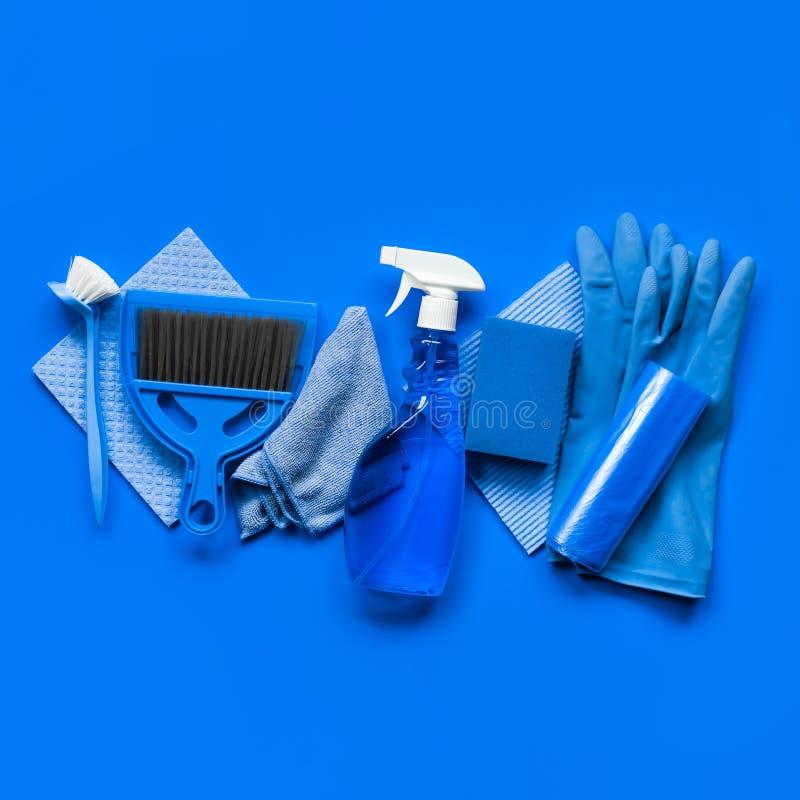 Het blauw plaatste voor de lente het schoonmaken in het huis - vodden, een fles van schoonmakende agent, rubberhandschoenen, spon royalty-vrije stock foto