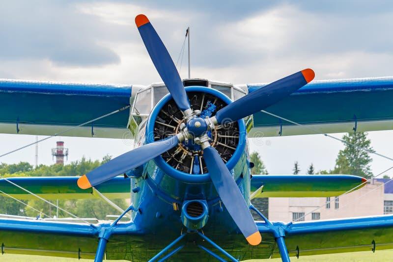 Het blauw schilderde legendarische sovjetdievliegtuigentweedekker Antonov een-2 close-up op het vliegveld tegen bewolkte hemel wo stock afbeelding