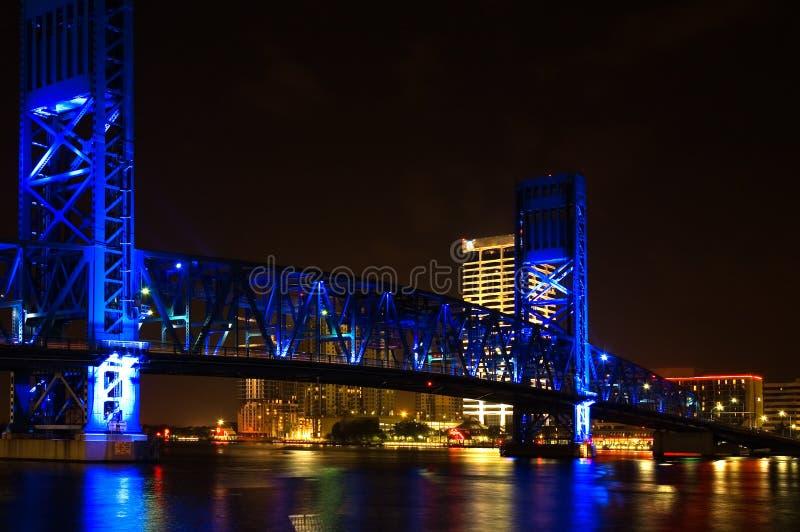Het blauw trekt Brug bij Nacht stock foto