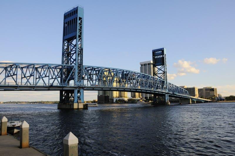 Het blauw trekt Brug in Jacksonville stock afbeeldingen