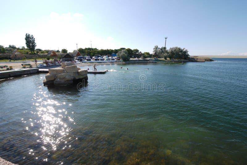 Het blauw van kust, overzees, zout water waardoor de zandige bodem kan worden gezien royalty-vrije stock fotografie