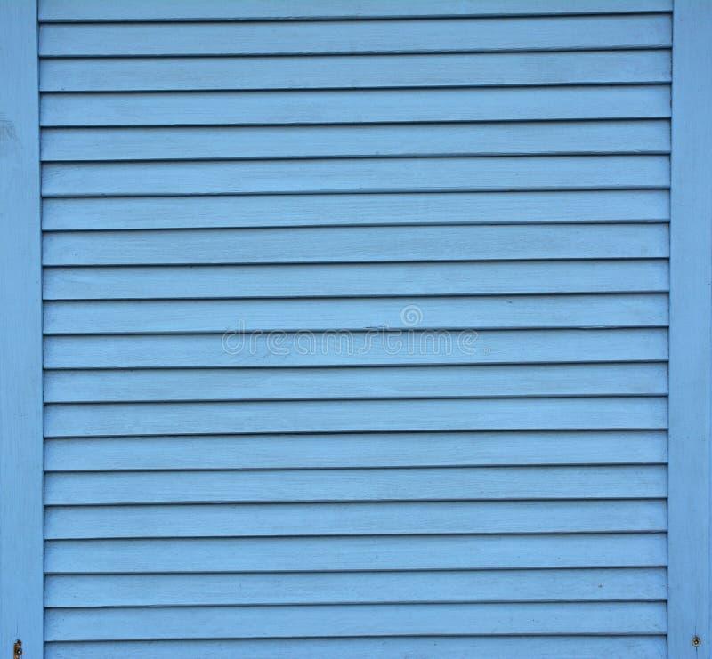 Het blauwe blind stelt houten achtergrond in de schaduw Houten die planken met blauwe verf geweven achtergrond worden geschilderd royalty-vrije stock foto