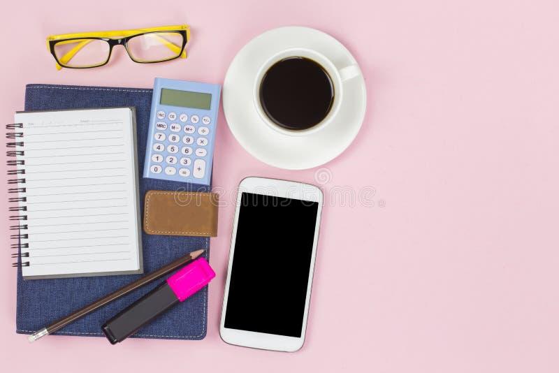 Het blauwe denim van de notitieboekjedekking met lege etiket mobiele calculator en stock afbeelding
