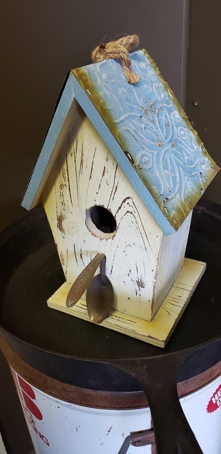 Het blauwe huis van de dakvogel stock afbeelding