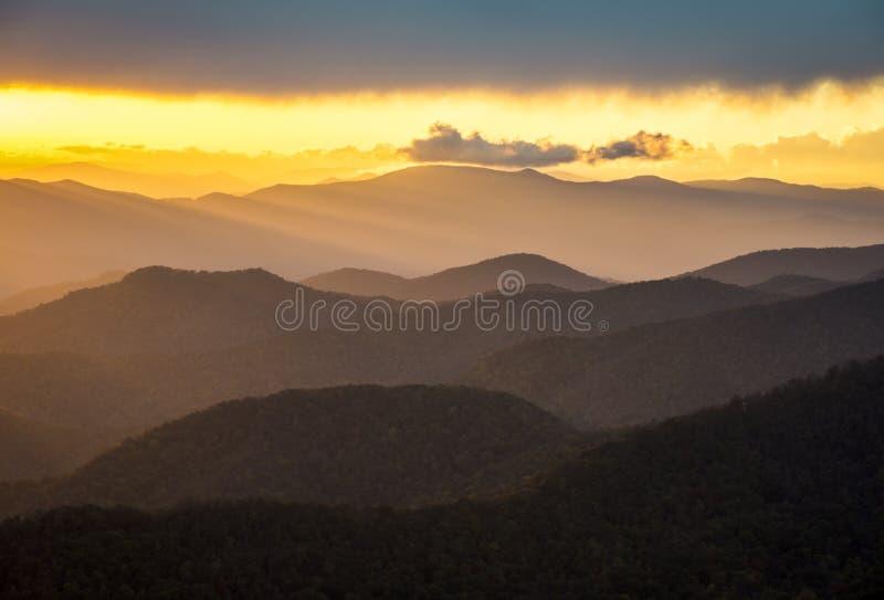 Het blauwe Landschap van de Aard van de Bergen van de Zonsondergang van het Brede rijweg met mooi aangelegd landschap van de Rand  stock afbeeldingen