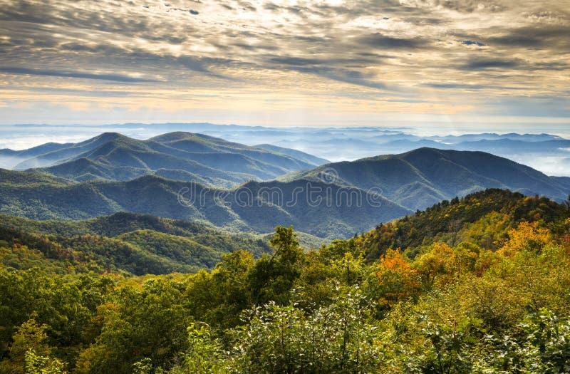 Het blauwe Landschap van de Herfst van de Bergen van de Zonsopgang van het Park van het Brede rijweg met mooi aangelegd landschap  royalty-vrije stock fotografie