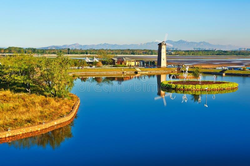 Het blauwe meer en de windmolen royalty-vrije stock foto
