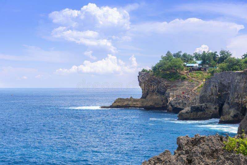 Het blauwe oceaanwater van de zijdehemel en rotsachtige baai en blauwe hemel apart van één dag traval reis van oostelijk in het e stock afbeelding