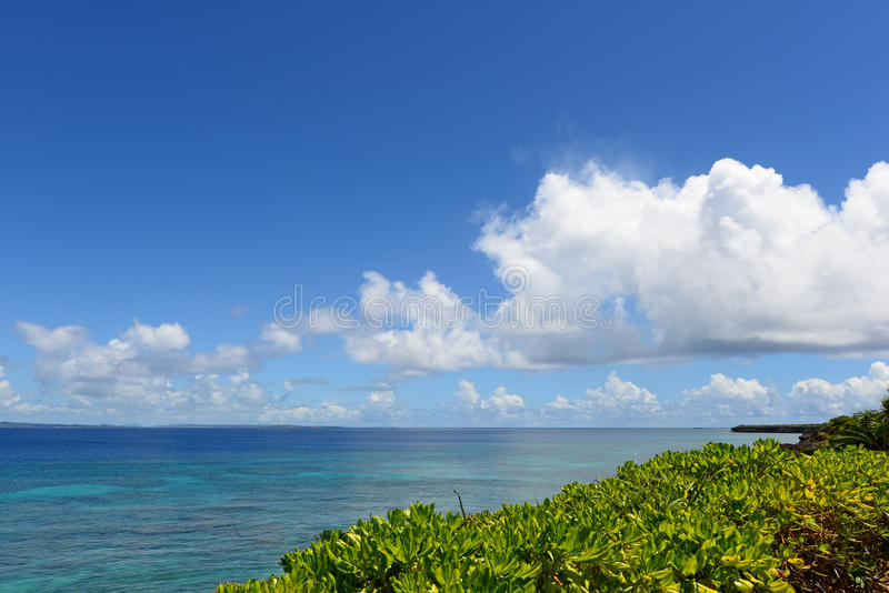 Het blauwe overzees en de hemel in Okinawa stock afbeelding