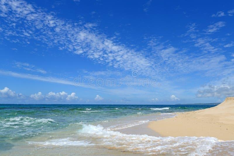 Het blauwe overzees en de hemel in Okinawa stock foto's