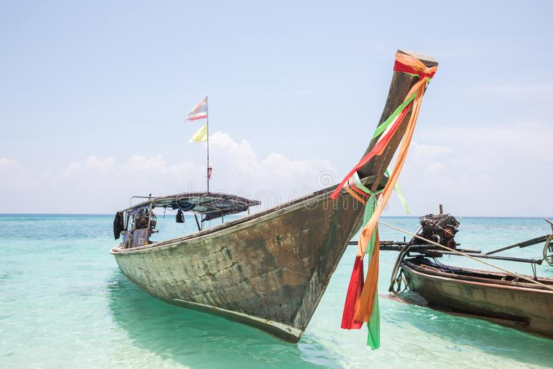 Het blauwe Overzees met Thaise boot royalty-vrije stock fotografie