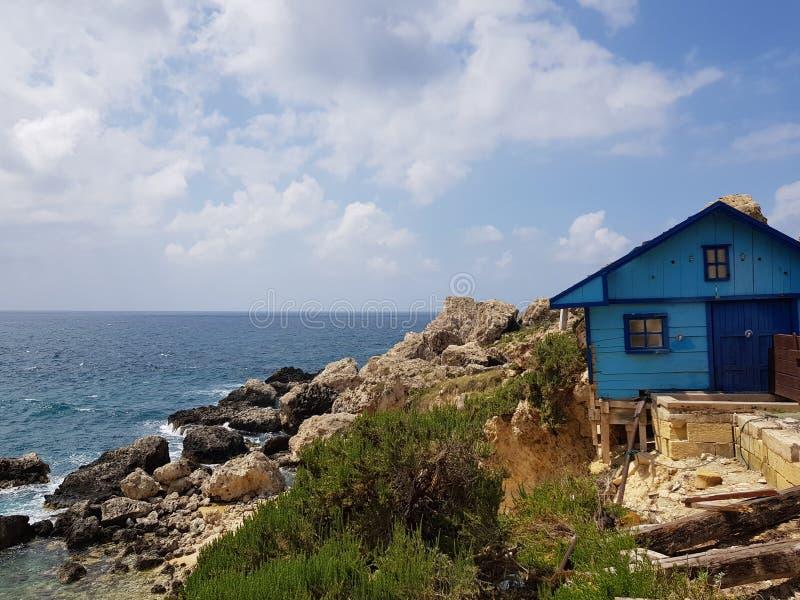 Het blauwe blauwe overzees van huisagaist in Malta stock foto