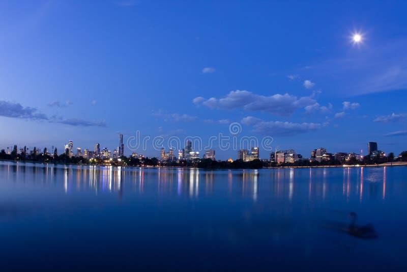 Het blauwe panorama van nachtMelbourne stock foto's