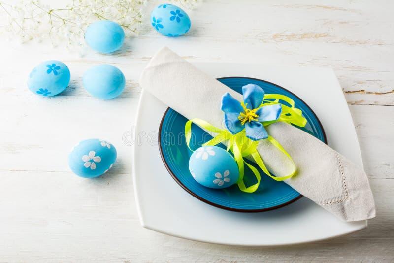 Het blauwe Pasen-lijstplaats plaatsen stock fotografie