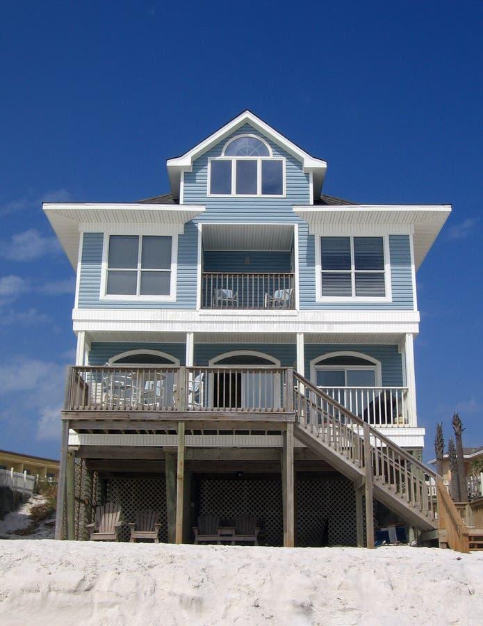 Het blauwe Plattelandshuisje van de Huur van het Strand stock fotografie