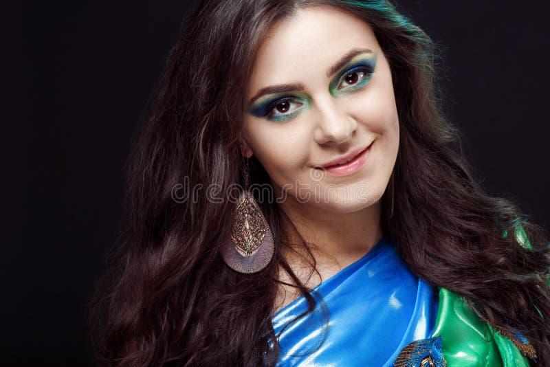 Het blauwe portret van de schoonheidsclose-up van een mooi meisje, royalty-vrije stock afbeelding