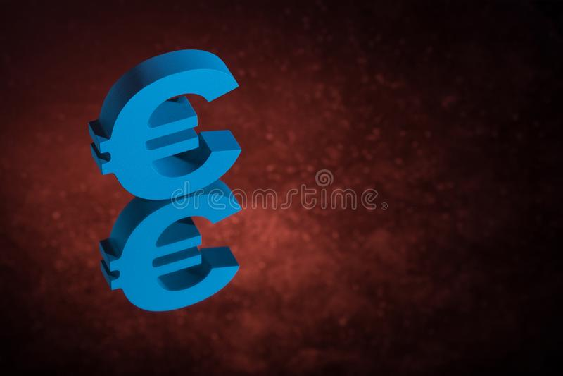 Het blauwe Valutasymbool of het Teken van de EU met Spiegelbezinning over Rood Dusty Background stock foto's
