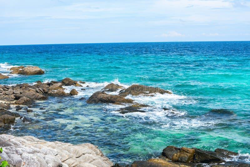 Het blauwe van de Overzeese Tropische Strand van het Zandstenen Kustlijn stock fotografie