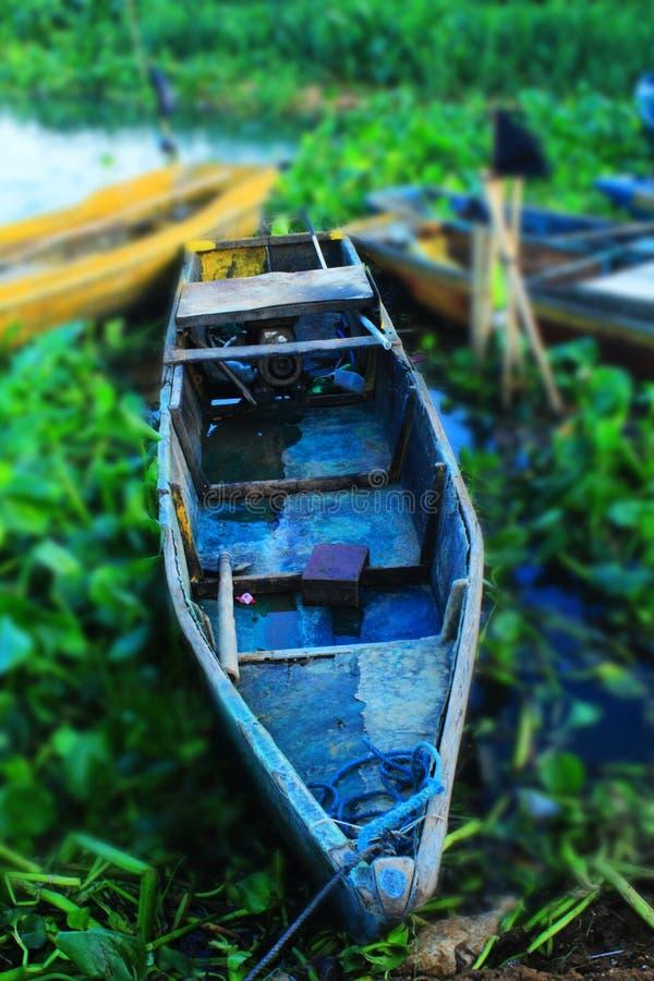 Het blauwe vissersboot drijven royalty-vrije stock afbeelding