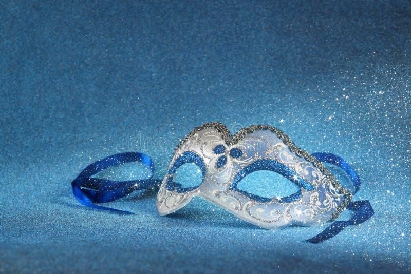 Het blauwe vrouwelijke Carnaval-masker en schittert achtergrond met schitter bekleding royalty-vrije stock afbeelding