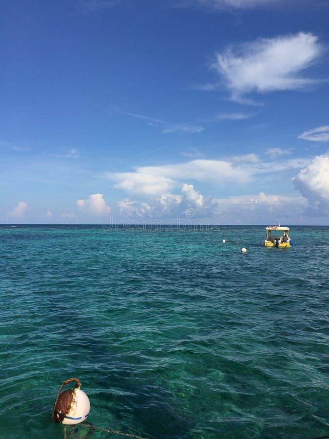 Het Blauwe Water San Pedro, Amber Caye Belize van de Caraïbische Zee stock afbeelding