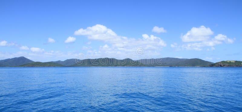 Het Blauwe Water van Pinkstereneilanden en Blauwe hemel met wolken stock foto