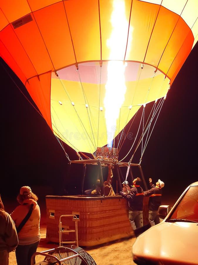 Het blazen - omhoog hete luchtballons in Cappadocia royalty-vrije stock afbeeldingen