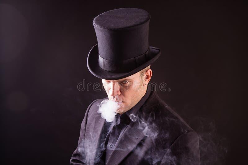 Het blazen van heel wat rook stock afbeelding