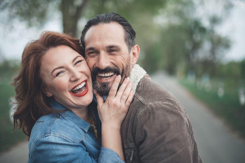 Het blije echtpaar ontspannen in de aard stock foto