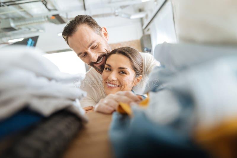 Het blije energieke paar afleiden van wasserij royalty-vrije stock afbeeldingen