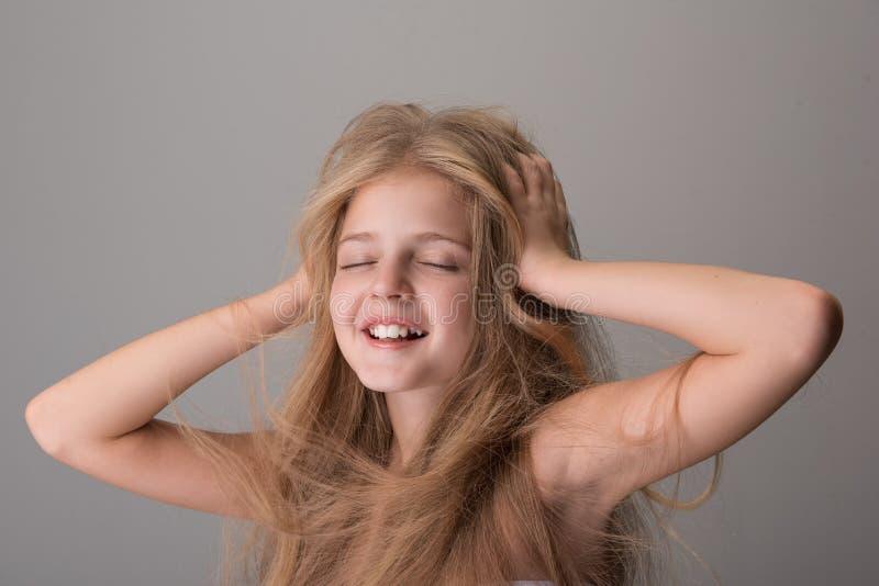 Het blije het geliefd maken kind glimlacht en voelt genoegen stock foto