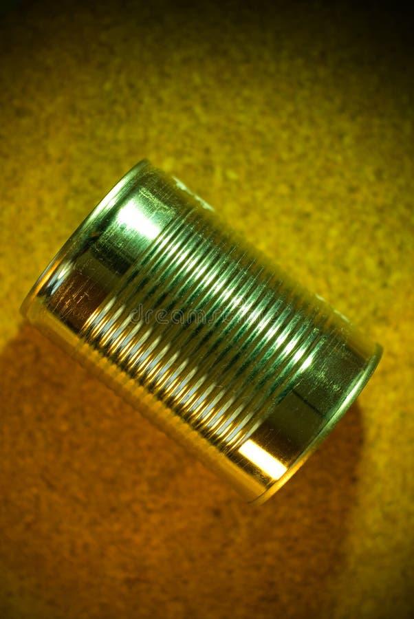 Het blik van het tin op een cork achtergrond royalty-vrije stock afbeelding