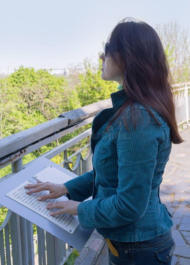 Het blinde die meisje leest tekst in Braille wordt geschreven royalty-vrije stock foto's