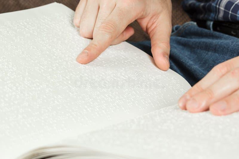 Het blinde las een boek op Braille wordt geschreven die Raak uw royalty-vrije stock fotografie