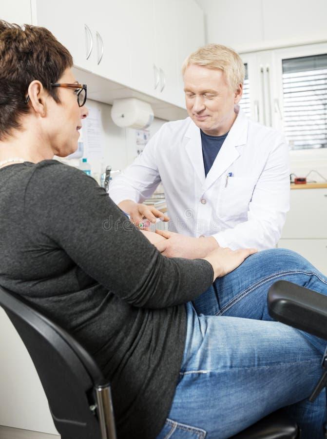 Het Bloed van artsencollecting patient voor Test in het Ziekenhuis stock fotografie