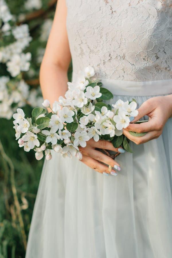 Het bloeien in het Apple-boomgaardmeisje stock afbeelding