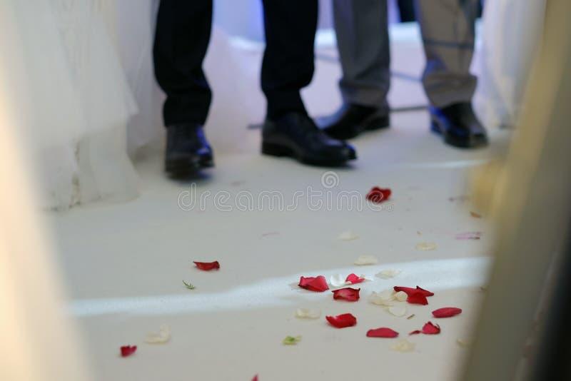 Het bloemblaadjeswit en de kroon van namen op een hupa van het Israëlische huwelijk toe stock afbeelding