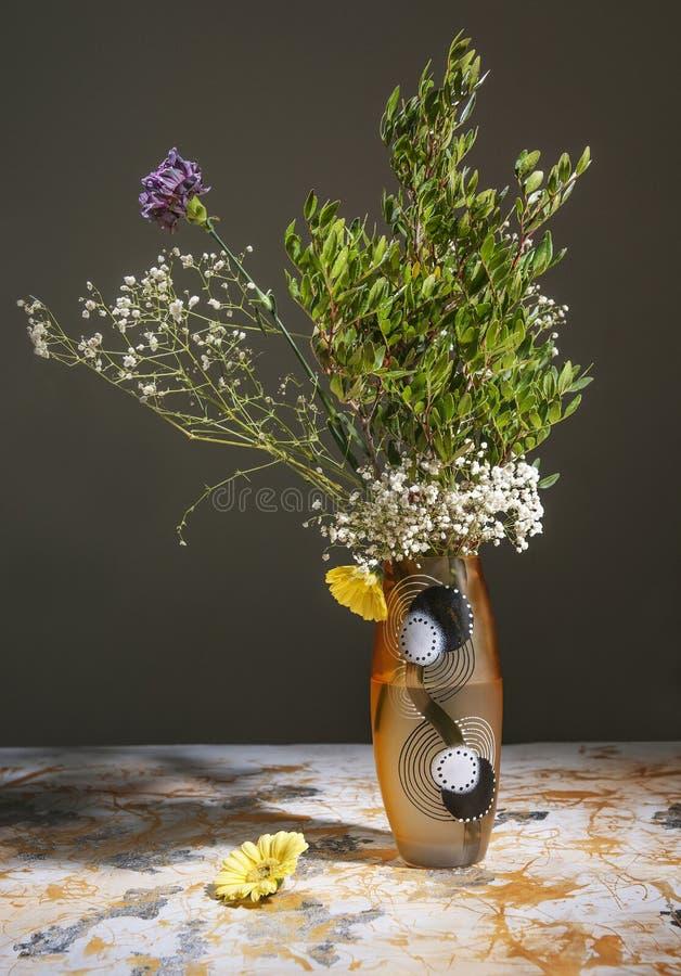 Het bloemboeket bevindt zich in een vaas, stilleven in de ruimte, tegen royalty-vrije stock foto