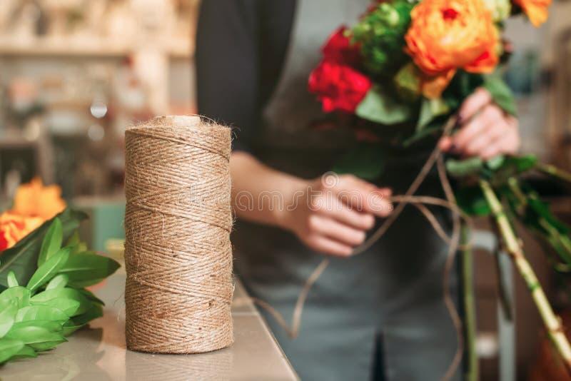 Het bloemistwerk bij bloemwinkel stock foto's