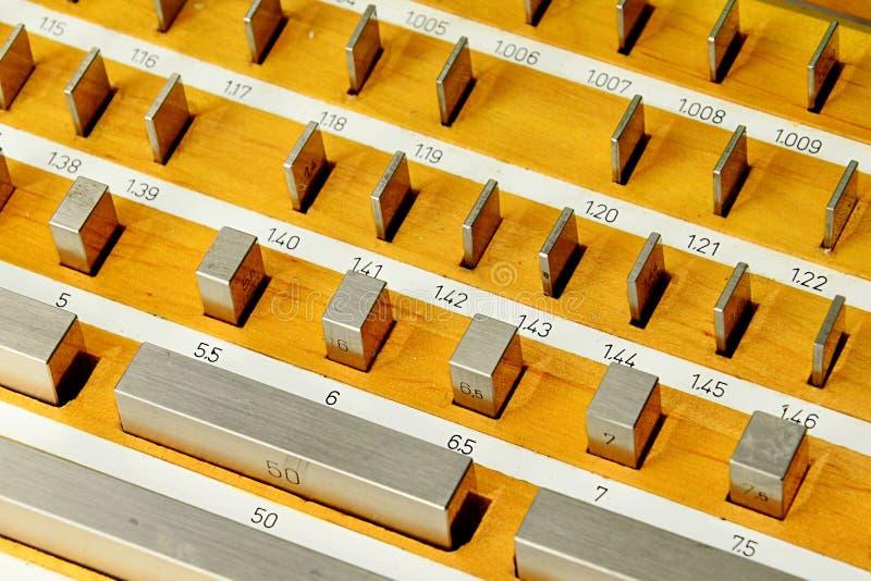 Het blok metrische die etalons van de roestvrij staal rechthoekige maat in houten geval wordt geplaatst stock foto's
