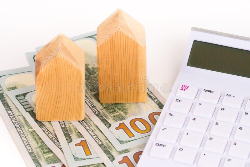 Het blokhuismodel met dollarsbankbiljetten, koopt of huurt concept royalty-vrije stock fotografie