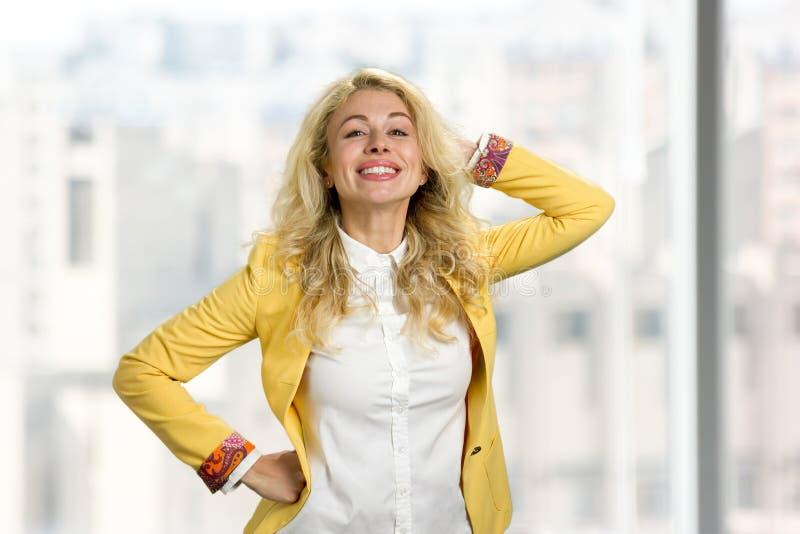 Het blonde haardame stellen bij camera royalty-vrije stock foto