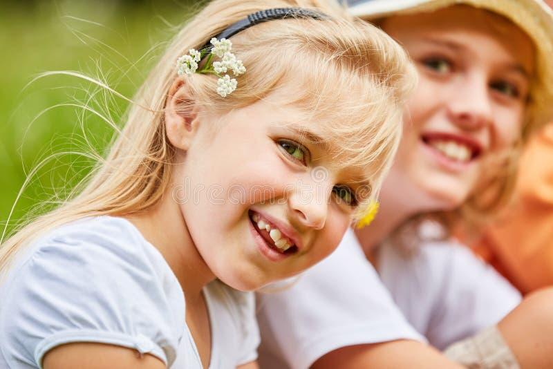 Het blonde meisje glimlacht ongunstig stock foto's