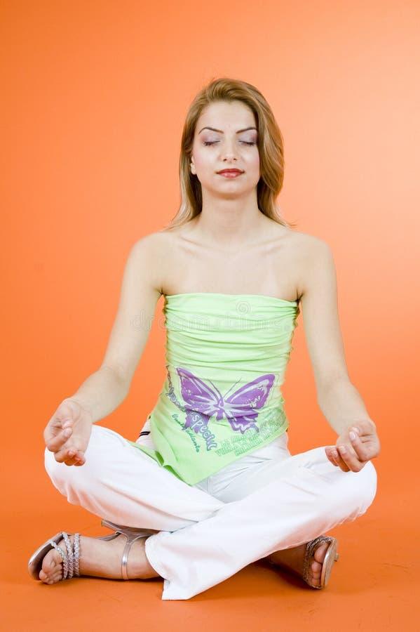Het blonde meisje mediteren stock foto's