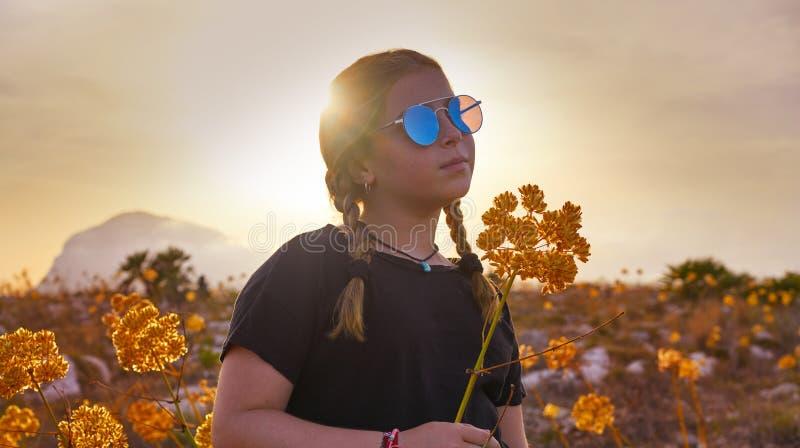 Het blonde meisje van het land met zonnebril royalty-vrije stock foto