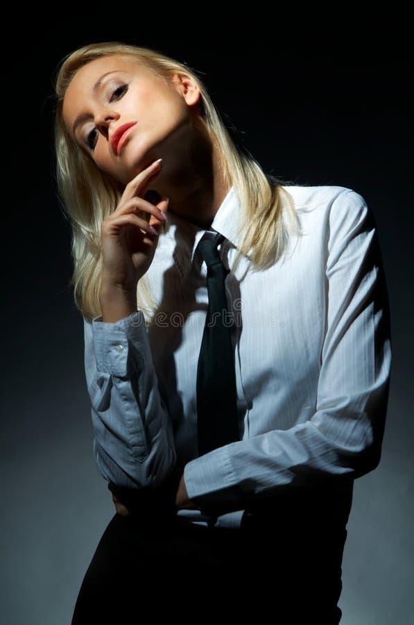 Het blonde model stelt