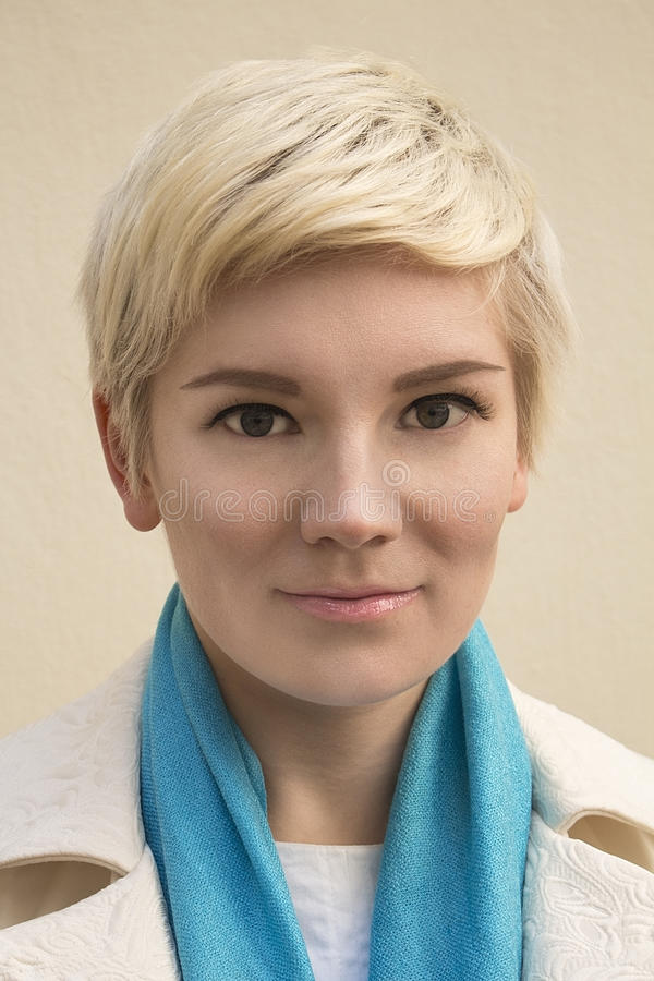Het blonde van het vrouwen` s portret Maniersamenstelling, kapsel, kapsel stock fotografie