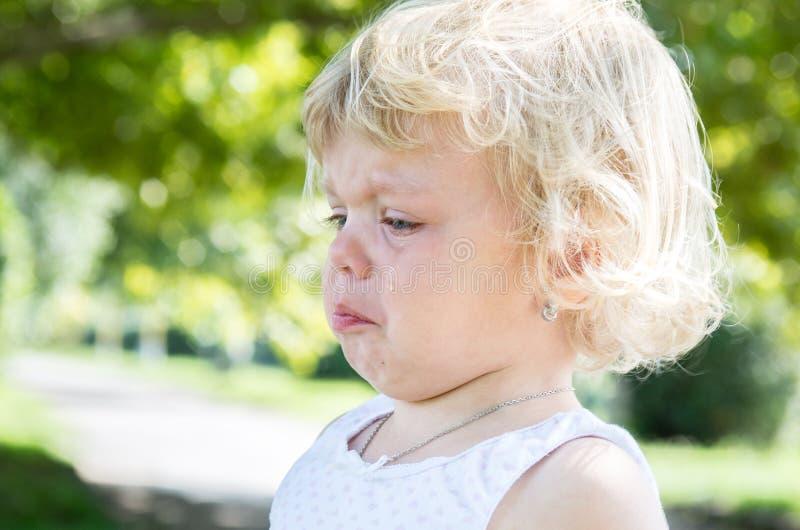 het blonde van het meisjekind schreeuwt bitter royalty-vrije stock foto's