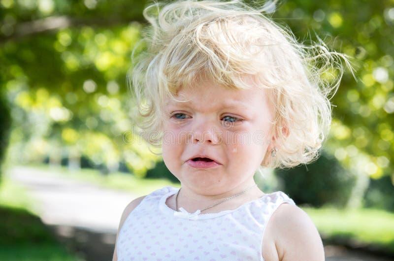 het blonde van het meisjekind schreeuwt bitter stock afbeeldingen